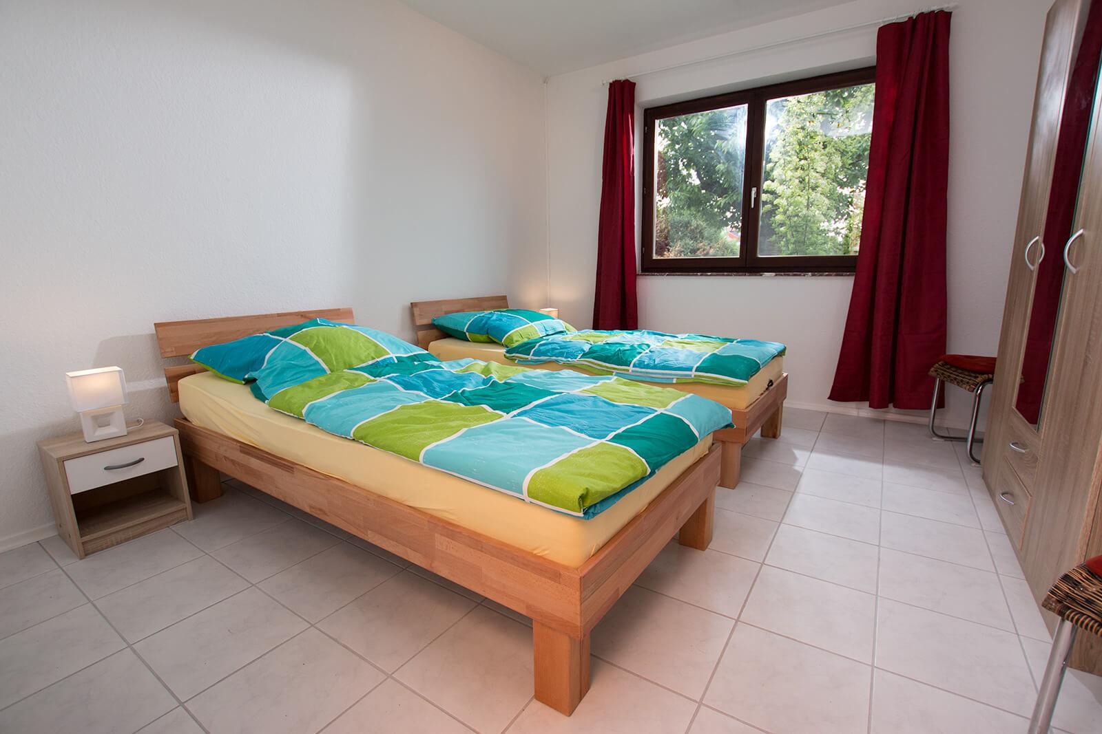 Bequeme Betten mit modernen Matratzen, Leselampen und Nachttischchen.